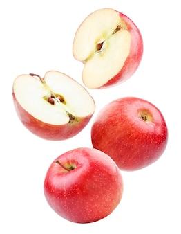 빨간 사과 전체 및 절반 흰색 배경에 근접 비행. 외딴
