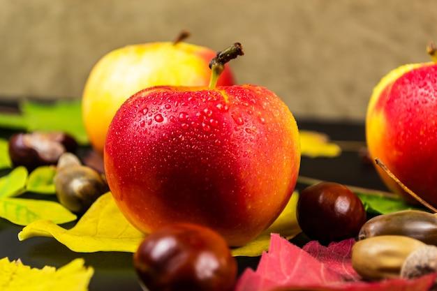 黒い空間に水と赤いリンゴが値下がりしました。秋と収穫のコンセプトです。セレクティブフォーカス