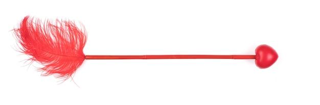 白い背景で隔離の心と赤い矢印キューピッド