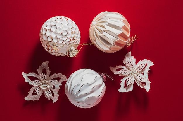 Красный фон рождество белые шары стеклянные с золотой слюдой