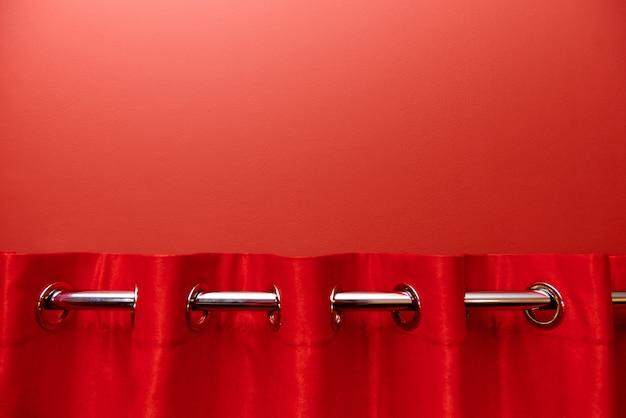 빨간 커튼으로 빨간색 배경을 닫습니다.