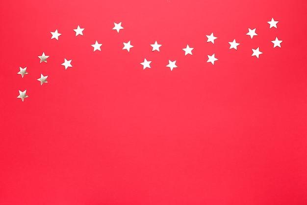황금 별 색종이 테두리와 빨간색 배경입니다. 축하를위한 축제 배경 화면. 평면도, 복사 공간, 평평한 평지