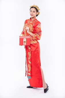The red bag is very beautiful for lucky woman who get award from company in chinese new year