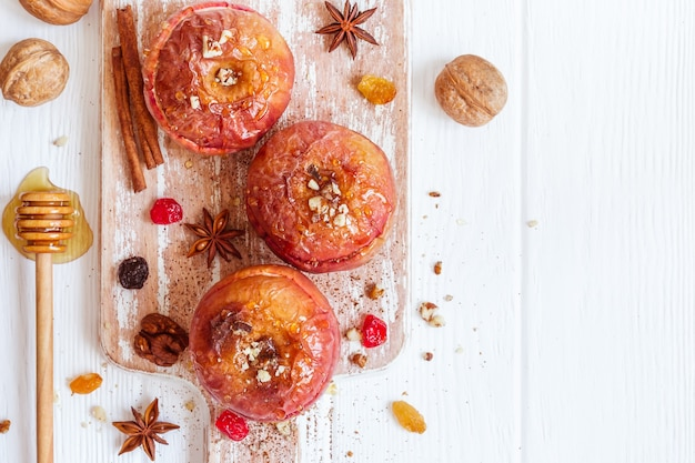 계피, 호두, 꿀을 곁들인 붉은 구운 사과. 가을 또는 겨울 디저트.