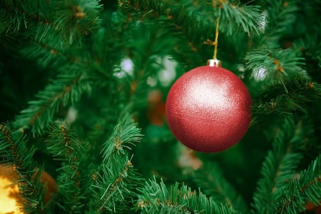 크리스마스 나무에 빨간 공입니다. 휴일을위한 새해 장식.