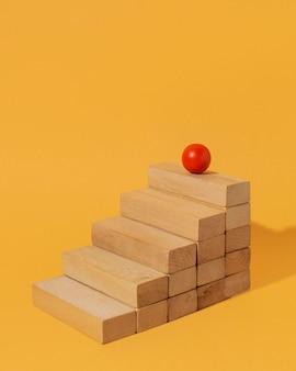 나무 계단에 빨간 공