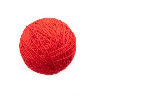 모직 스레드 흰색 배경에 고립 된 빨간 공