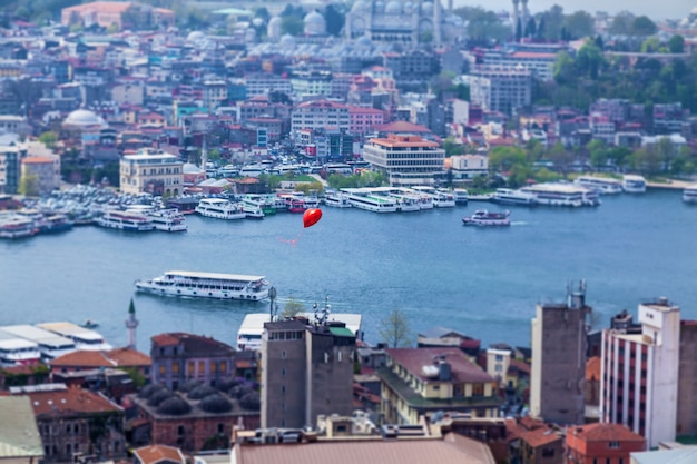 Красный воздушный шар пролетел над стамбулом. достопримечательности города стамбул, архитектура и морские прогулки на теплоходах.