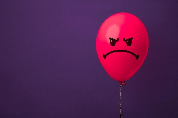 성 난 얼굴로 빨간 풍선입니다. 분노와 성가심 개념