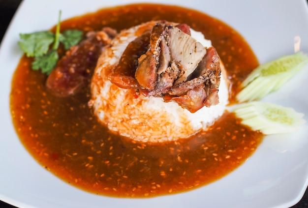 Красная свинина на гриле на рисе