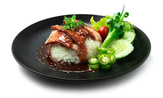 Красный шашлык из свинины на рисе с красным сладким соусом