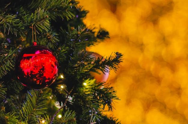 クリスマスツリーにぶら下がっている赤い安物の宝石