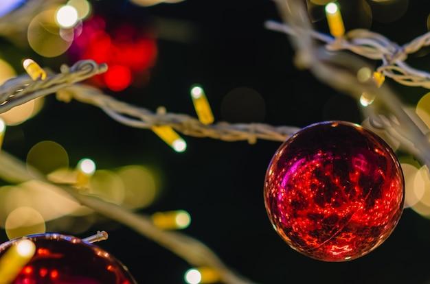 ライトとクリスマスツリーの赤い安物の宝石