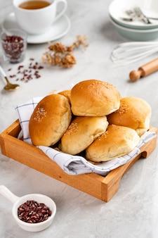 小豆パンまたはあんパンは、最も一般的に小豆ペーストで満たされた日本の甘いロールパンです
