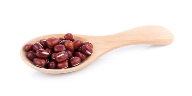 흰색 표면에 고립 된 숟가락에 빨간 콩