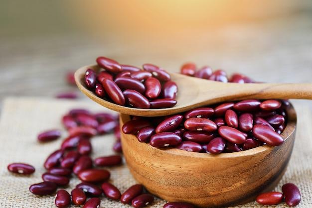 木製のボウルとスプーンの袋の背景-穀物赤インゲン豆の小豆
