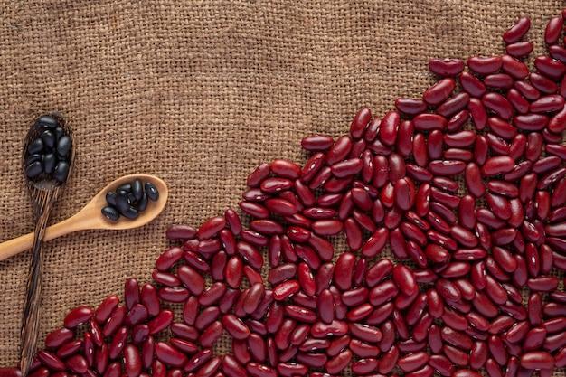 갈색 나무 바닥에 빨간 콩 붙여 넣기입니다.