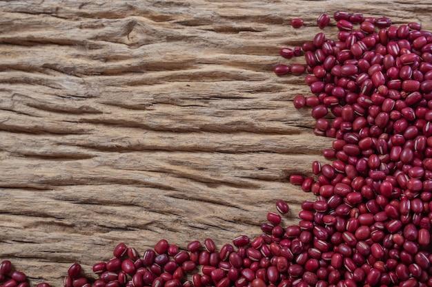 부엌에서 나무 배경에 빨간 콩 씨앗