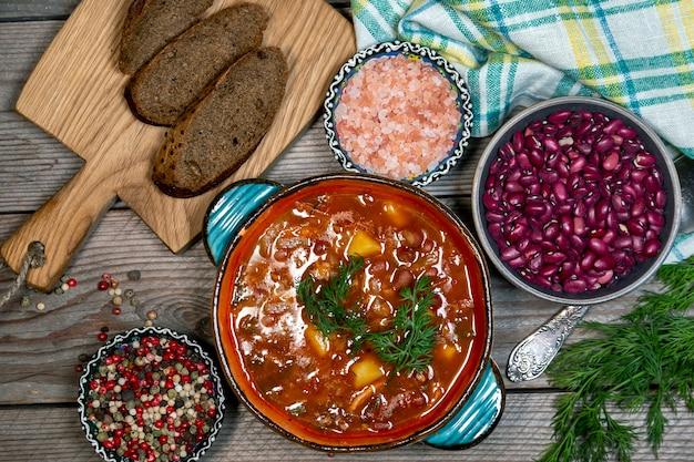 야채와 허브를 곁들인 팥 수프 건강 식품 채식 음식