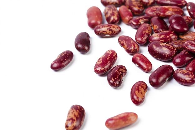 白い背景で隔離の赤豆