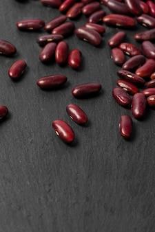 黒いテーブルの上の赤豆