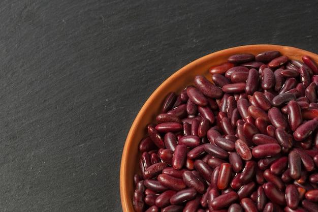 黒いテーブルに小豆