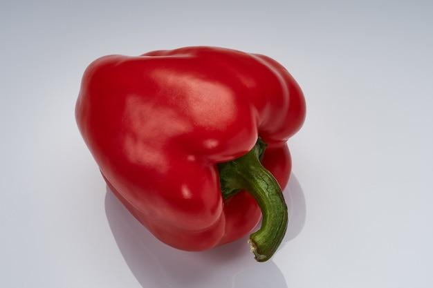 明るい光沢のある表面に赤ピーマン
