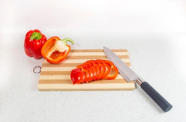 커팅 보드에 빨간 피망입니다. 건강에 좋은 음식의 준비.