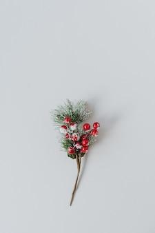ニュートラルに赤いベリーとモミの針の花束。クリスマス作曲