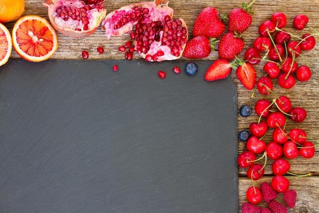 검은 돌에 붉은 열매 프레임
