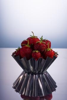 빨간 열매 흰색 배경에 금속 그릇에 신선한 딸기.