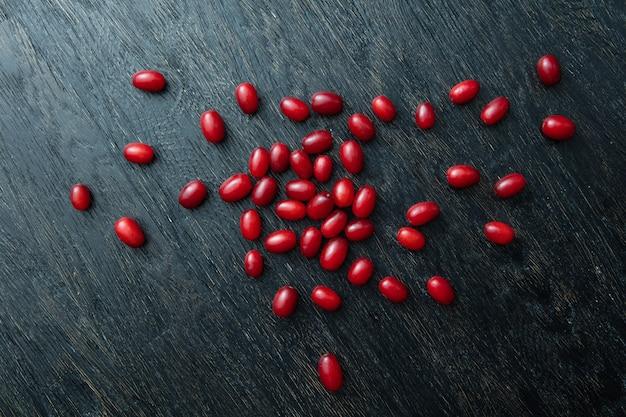 Красные ягоды спелого кизила