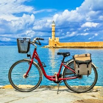 クレタ島のハニアの旧市街にある赤い自転車。ギリシャ