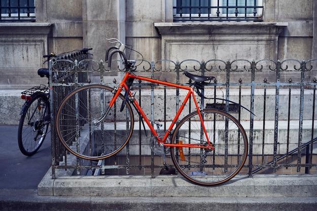 거리에 주차 된 빨간 자전거
