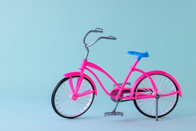 青いサドルが付いている赤い自転車。旅行用自転車