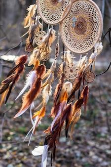 깃털 가죽 구슬과 밧줄로 만든 박쥐가 달린 빨간색 검정색과 보라색 드림캐쳐, 교수형