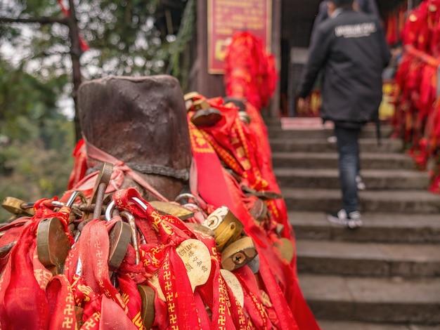 張り家界国立森林公園内のtianxiadiyiqiao自然橋天子山に赤い祝福リボン