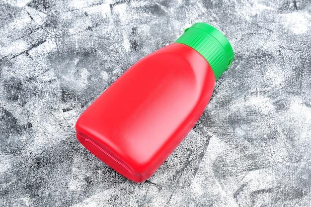 要約の缶詰食品用の赤いボトル