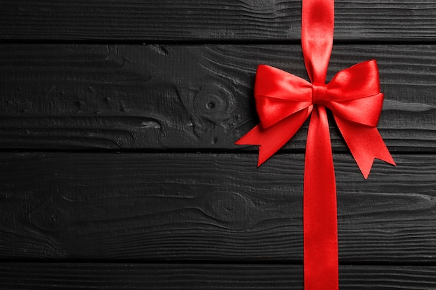 赤い弓と木製の背景のリボン