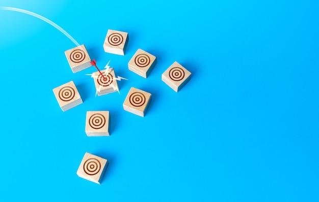 Красная стрела из лука попадает в целевой круг прямой выстрел bullseye marketing успешное прицеливание