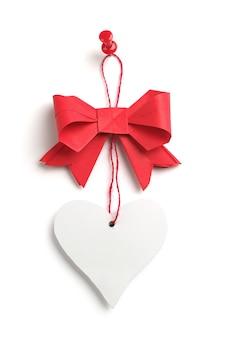 흰색 바탕에 종이로 만든 하트가 있는 붉은 활