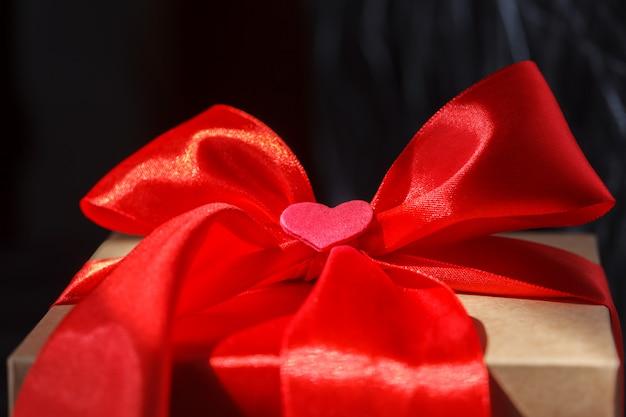 선물 상자에 마음으로 붉은 나비
