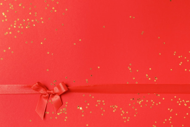 빨간색에 황금 색종이와 붉은 나비. 최소한의 크리스마스 스타일과 휴가 개념.
