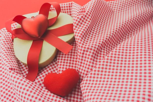Красная коробка с красным бантом на ткань