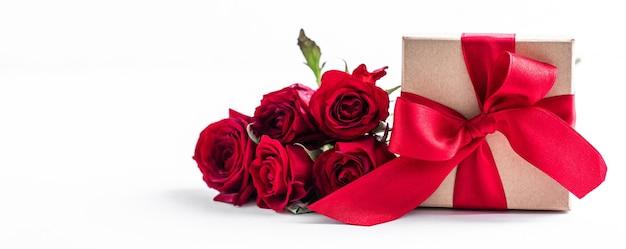 백색 표면에 장미와 빨간 상자