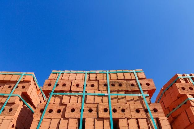 Поддон из красного кирпича на строительной площадке