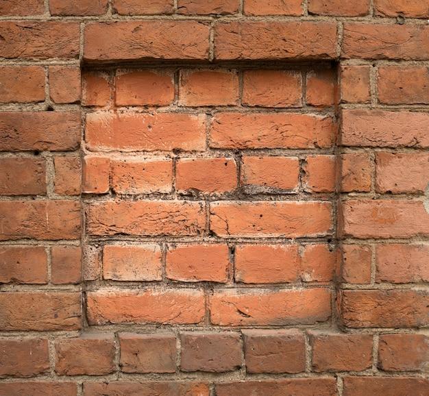 赤レンガの正方形のフレームの古い壁