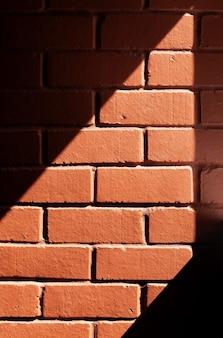 コピースペースのある背景の赤レンガの壁のテクスチャ。明るいスポットとレンガの壁の燃えるような赤い背景