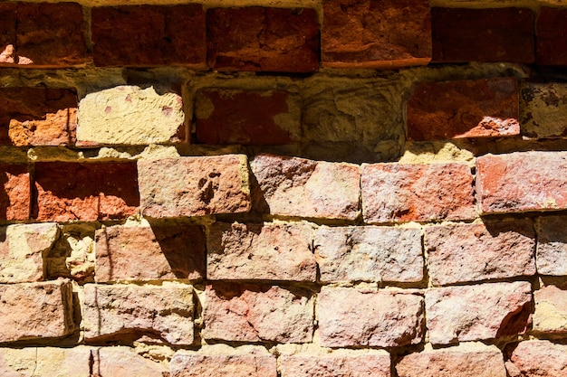 균열이 있는 붉은 벽돌 벽 텍스쳐