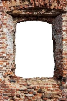 真ん中に穴のある赤レンガの壁。白い背景で隔離。グランジフレーム。垂直フレーム。高品質の写真